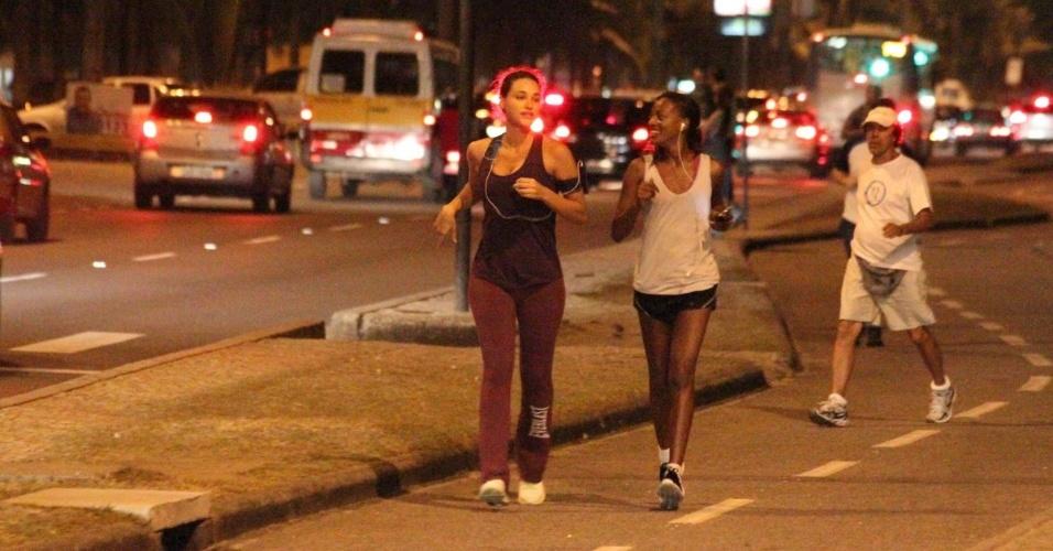 Debora Nascimento corre na orla da praia na Barra da Tijuca, no Rio de Janeiro (5/10/12)
