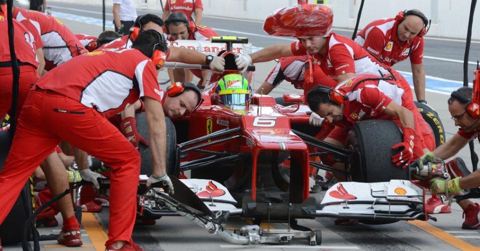 Ferrari troca os pneus do carro de Massa durante treino para o GP do Japão