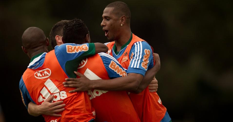 Leandro Amaro comemora com jogadores do Palmeiras durante rachão