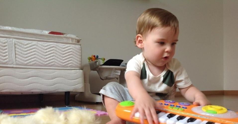 Letícia Birkheuer divulgou por meio de sua página do Twitter uma foto do filho, João Guilherme (5/10/12). O menino tem 11 meses