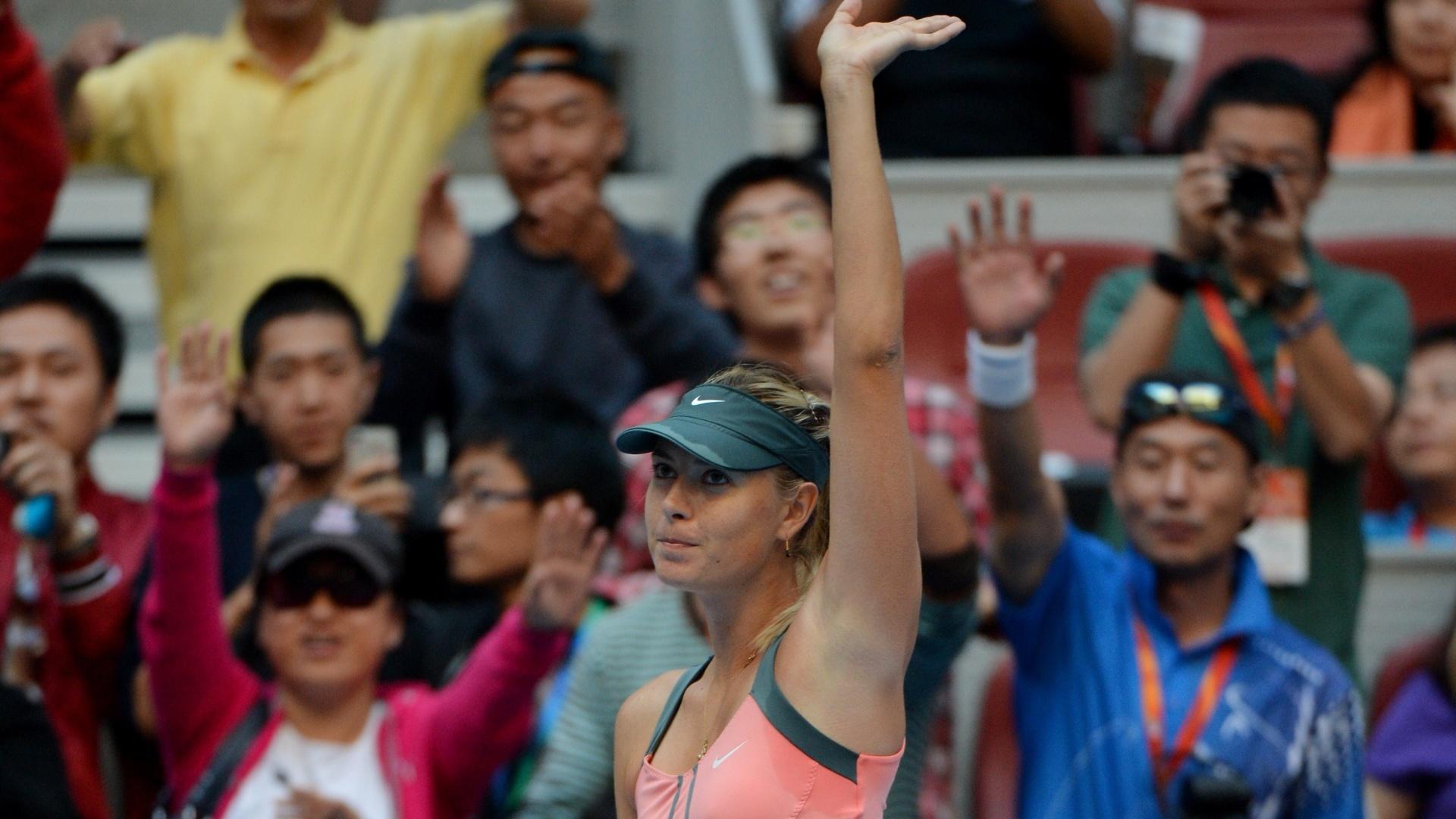 Maria Sharapova acena para o público após avançar à semifinal do Torneio de Pequim; nas quartas, russa se aproveitou da desistência da alemã Angelique Kerber (05/10/2012)