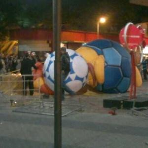 Mascote da Copa-2014 foi destruído durante protesto popular no centro de Porto Alegre - Reprodução/Twitter