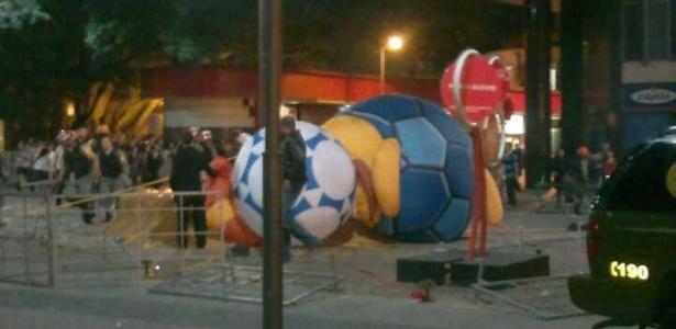 Ataque ao boneco não foi premeditado, mas ocorreu após conflito com a polícia em Porto Alegre