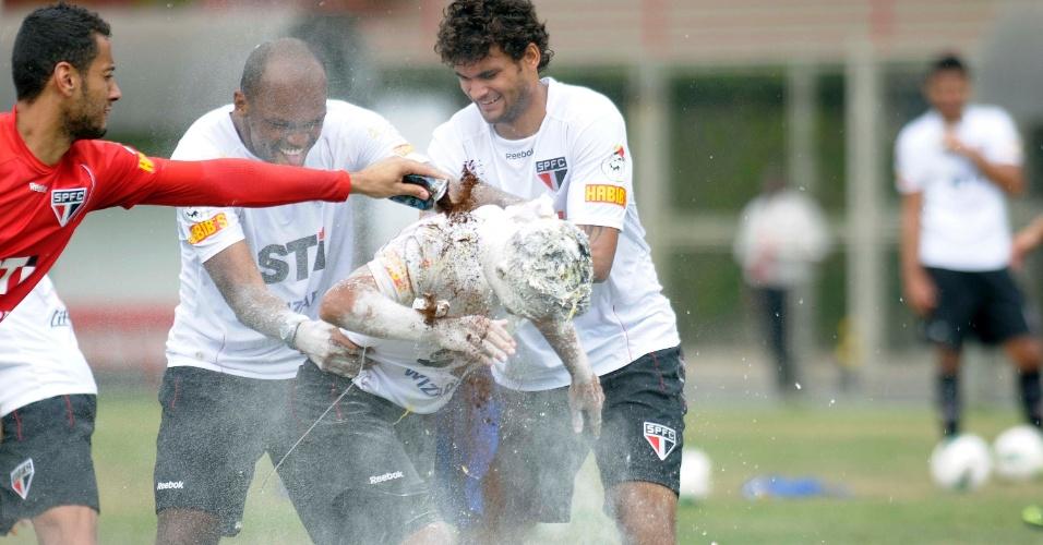 Meia Jadson ganha ovada dos colegas de São Paulo no dia do seu aniversário