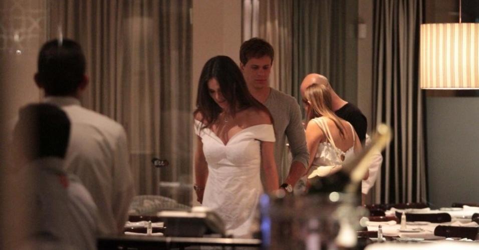 Nadador Cesar Cielo é visto em restaurante de São Paulo com sua então namorada, a Miss Brasil 2011 Priscila Machado (04/12/2011)