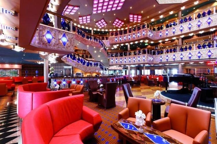 O Costa Favolosa é um dos navios mais novos da Costa Cruzeiros. A embarcação conta com teatro com três andares, sala de cinema 4D, cassino, discoteca, simulador de Grand Prix, simulador de golfe, telão gigante ao ar livre, shopping center e cinco restaurantes