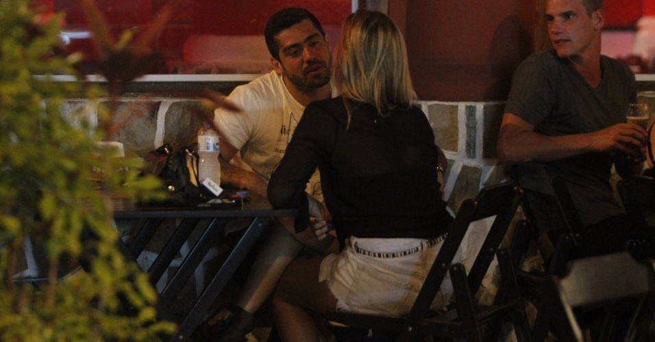O ex-BBB Yuri namora em restaurante na Barra da Tijuca, Rio de Janeiro (4/10/12)