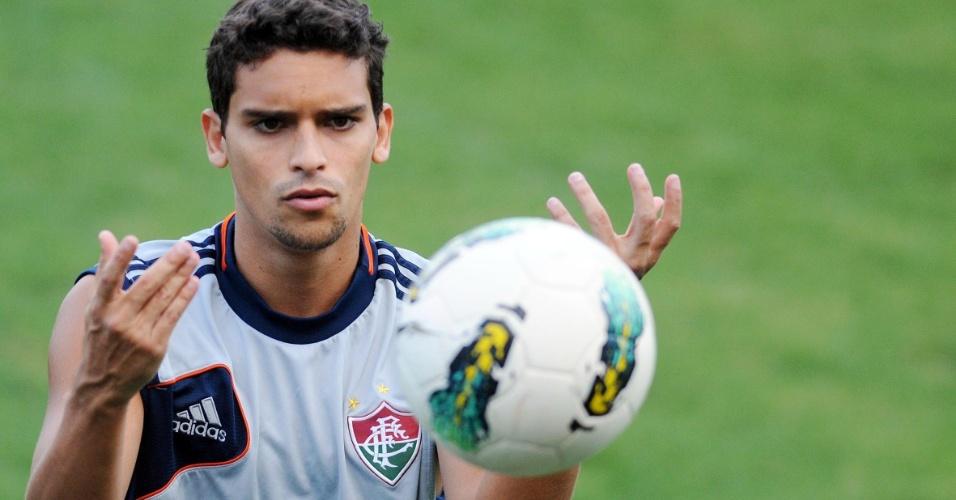 O jeito de 'menino' do volante Jean coloca o jogador na lista de bonitões do Fluminense