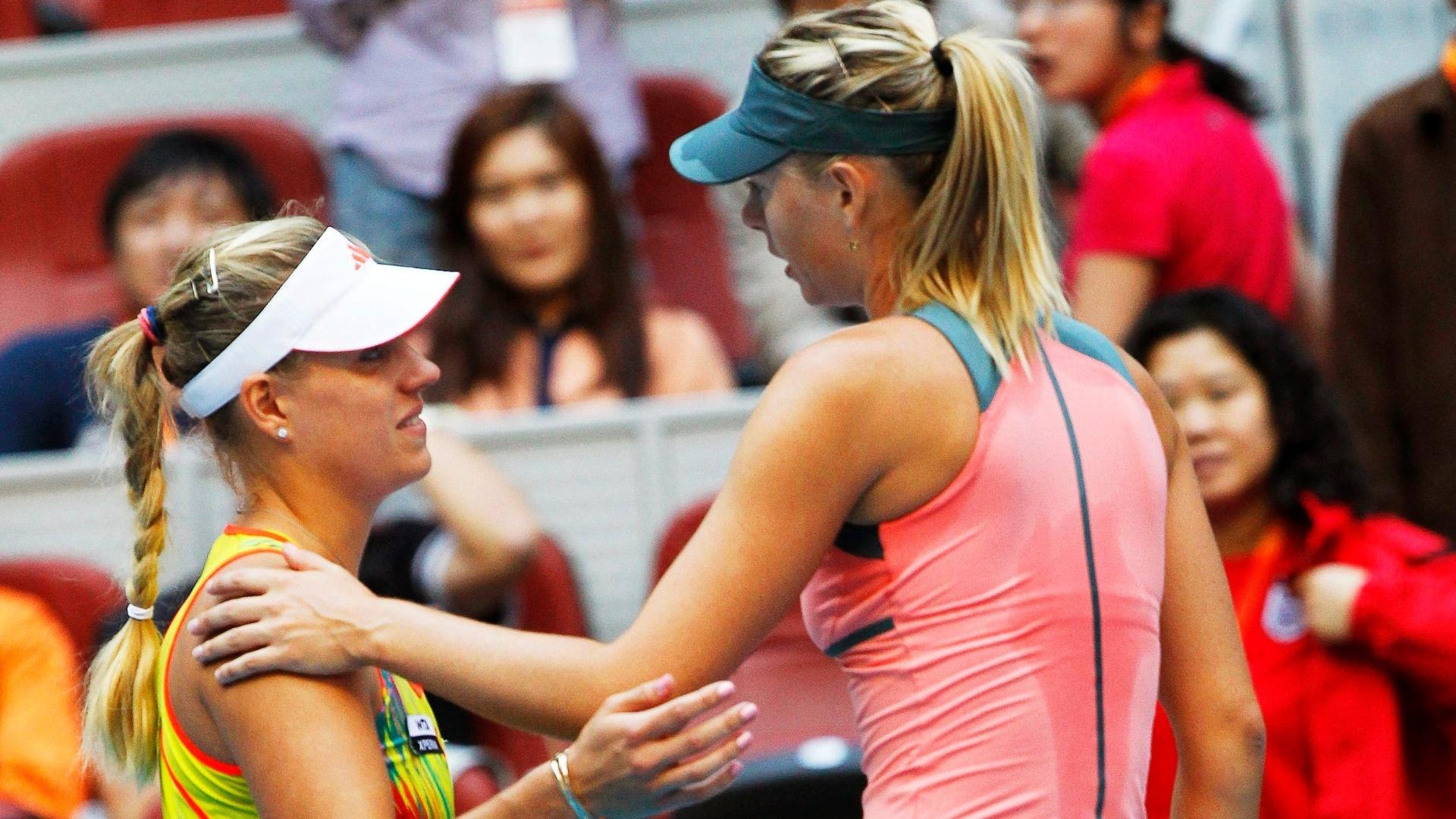 Russa Maria Sharapova (d) consola a alemã Angelique Kerber, que desistiu nas quartas de final de Pequim e deu vitória à ex-número 1 do mundo (05/10/2012)