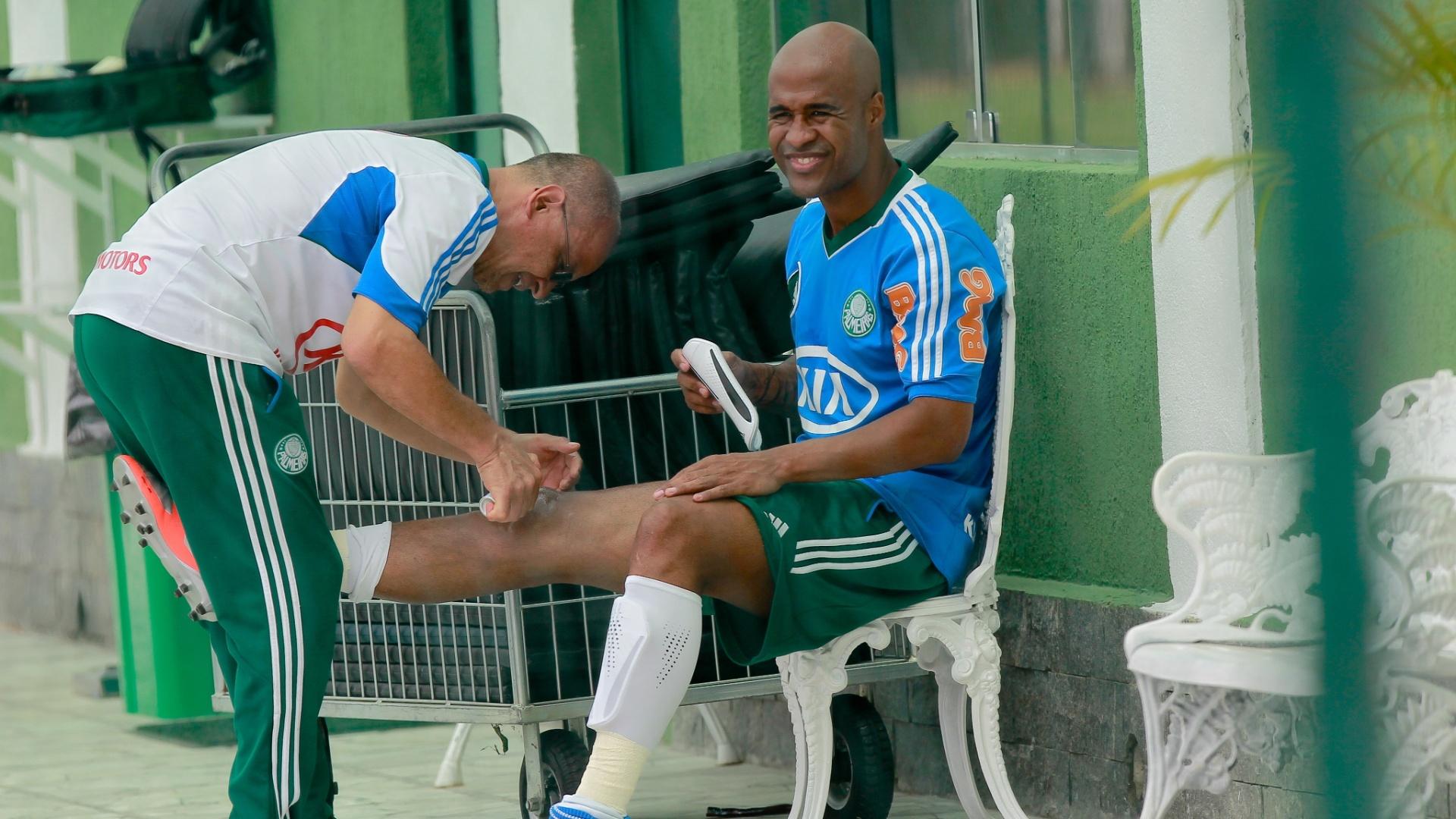 Serginho, massagista do Palmeiras, trata joelho de Marcos Assunção