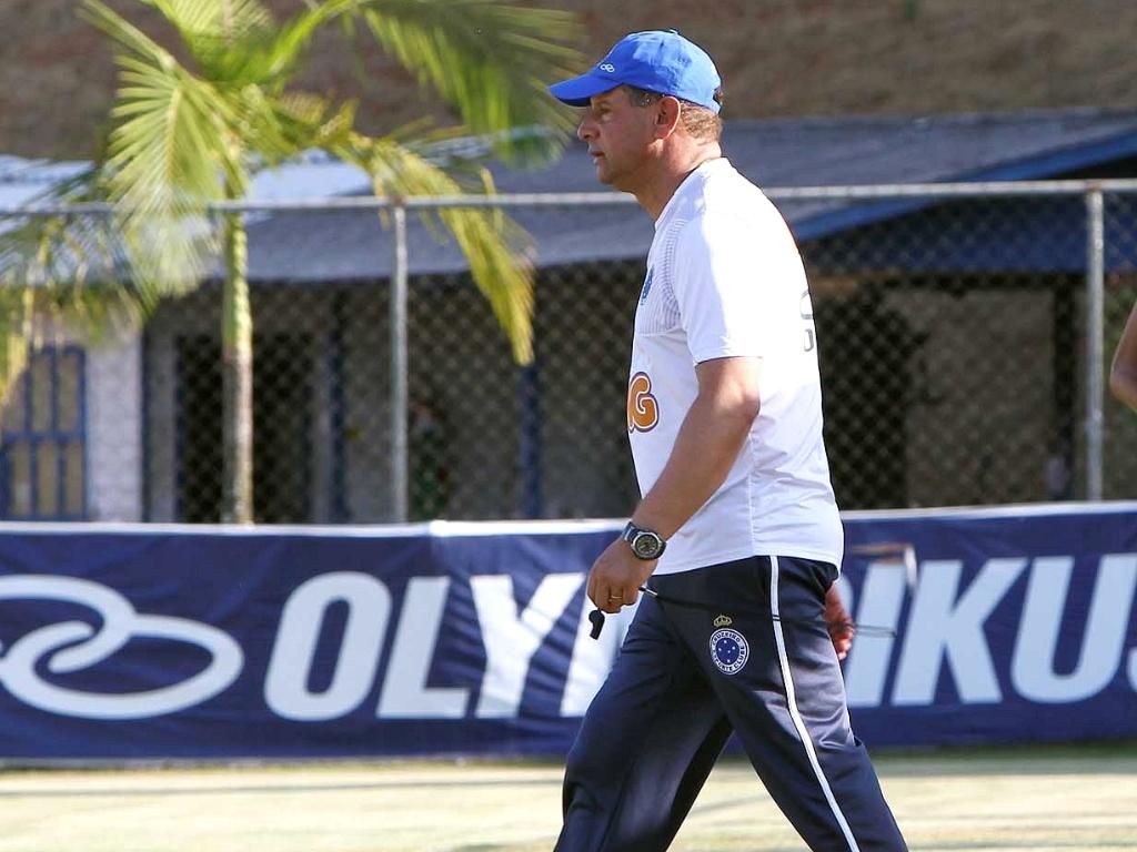 Técnico Celso Roth, do Cruzeiro, na Toca da Raposa II (2/10/2012)