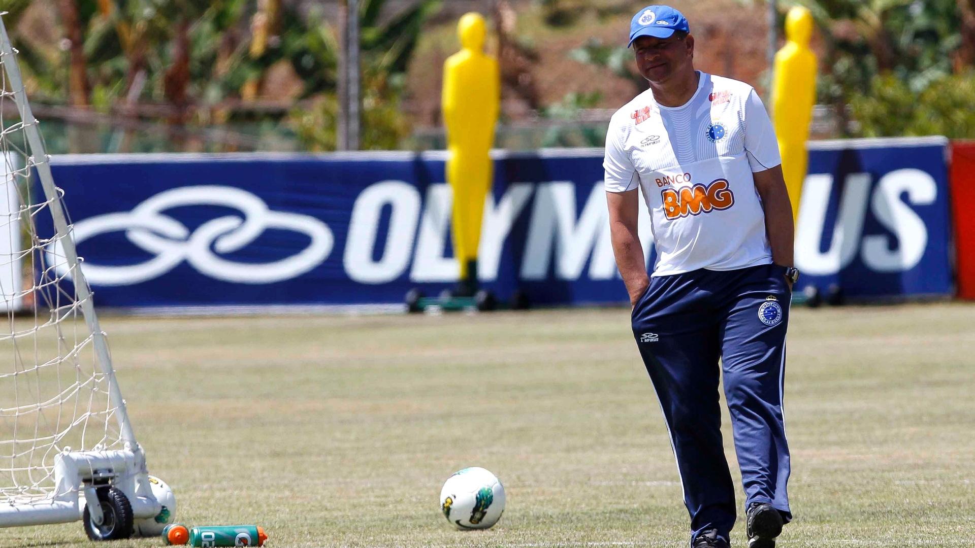 Técnico Celso Roth durante treino do Cruzeiro na Toca da Raposa II (5/10/2012)