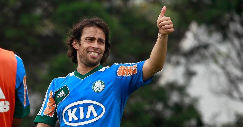 Valdivia faz sinal para companheiros durante treino do Palmeiras