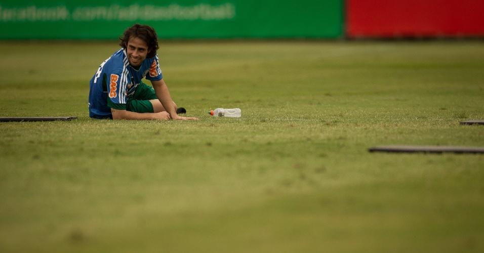 Valdivia se diverte no fim do treino do Palmeiras