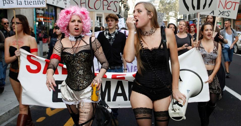 6.out.2012 - Mulheres protestam e gritam frases de efeito durante a primeira Marcha das Vadias em Genebra, na Suíça