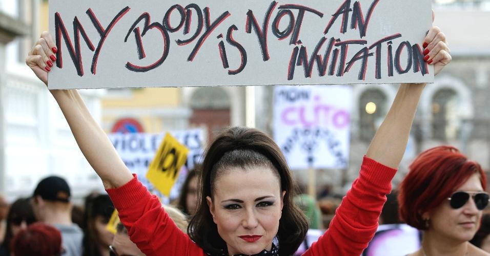 6.out.2012 - Mulheres protestam e gritam frases de efeito durante a primeira Marcha das Vadias em Genebra, na Suíça. O cartaz diz:
