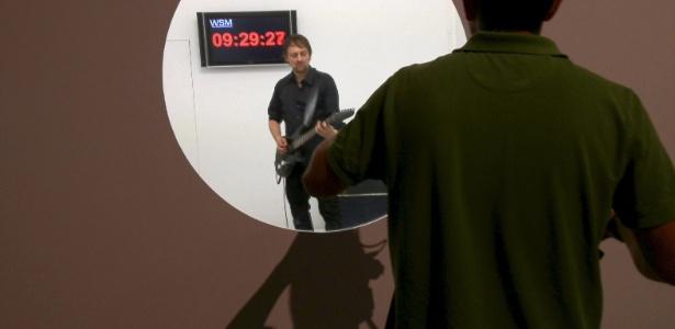 O alemão Thom Kubli (centro) bateu o recorde mundial de solo de guitarra mais longo do mundo - Efe