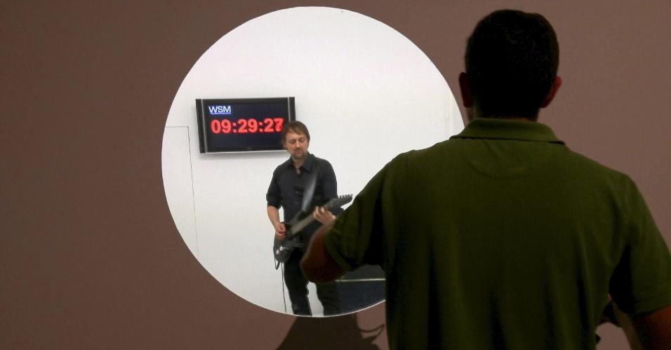 6.out.2012 - O alemão Thom Kubli (centro) bateu neste sábado (6), o recorde mundial de solo de guitarra mais longo do mundo. Ele tocou durante 17 horas, 21 minutos e dois segundos no centro de arte e criação industrial La Laboral, em Gijón, na Espanha