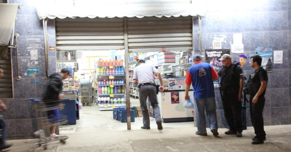 6.out.2012 - Um policial civil foi morto com doze tiros na noite de sexta (5), na avenida 31 de Março, no bairro Justino em Juquitiba, na Grande São Paulo. O policial, marido da prefeita da cidade, trabalhava como segurança de um mercado no local (foto)