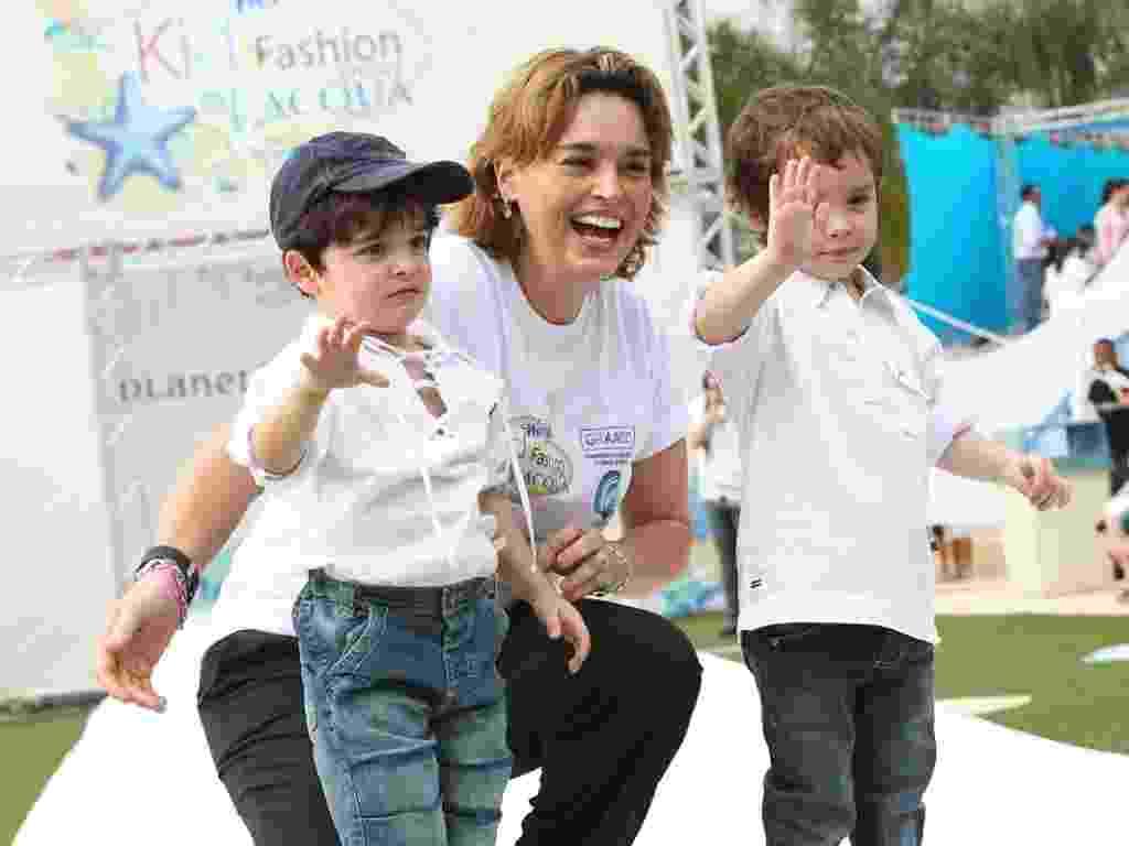 A atriz Suzy Rêgo defila com seus filhos gêmeos, Marco e Mássimo, no Kids Fashion Show, em Itupeva, interior de São Paulo (6/10/12) - Manuela Scarpa/Foto Rio News