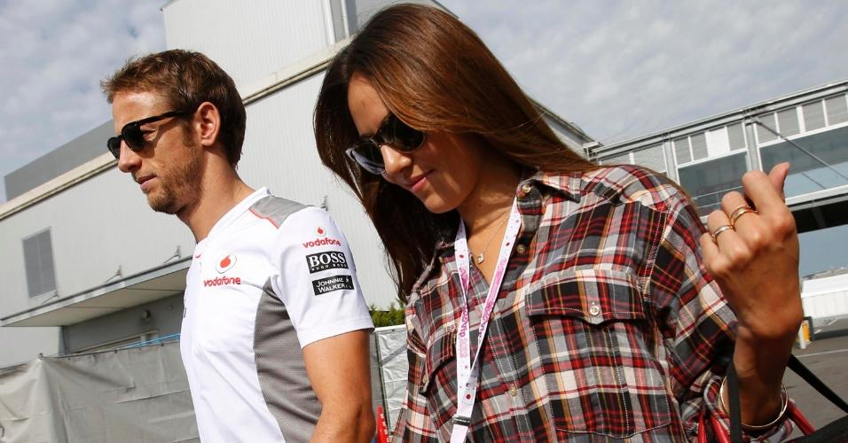 06.out.2012 - Acompanhado da namorada Jessica Michibata, Jenson Button chega ao circuito de Suzuka