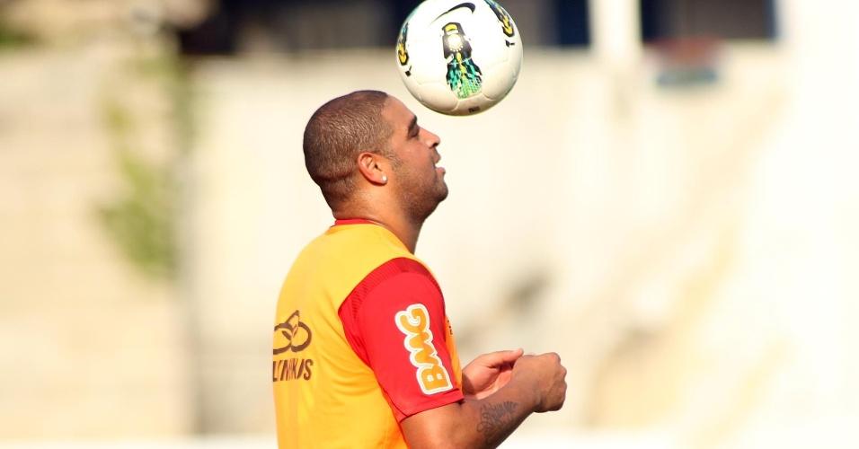 Adriano treina com bola durante atividades do Flamengo