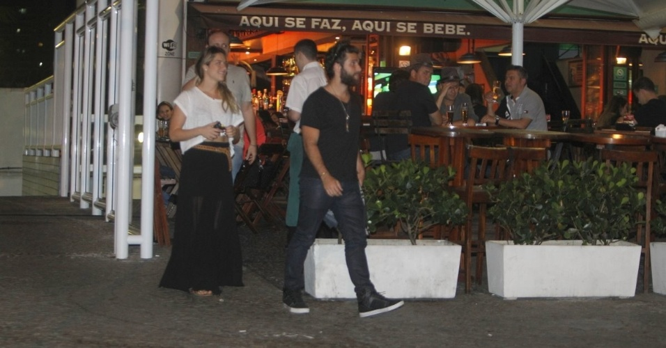 Bruno Gagliasso e Giovanna Ewbank deixam restaurante na noite de sexta, no Rio.