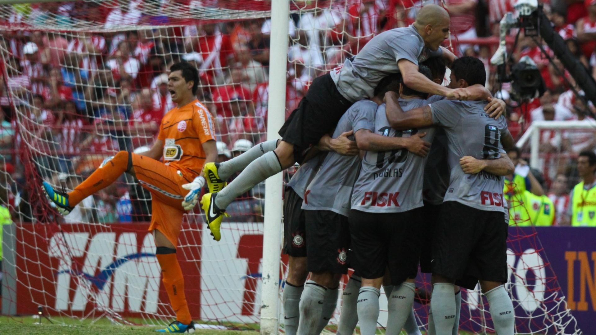 Jogadores do Corinthians comemoram gol de Guerrero sobre o Náutico nos Aflitos