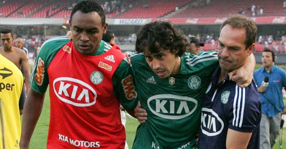 Lesionado, Valdivia é carregado para fora do campo no clássico contra o São Paulo no Morumbi