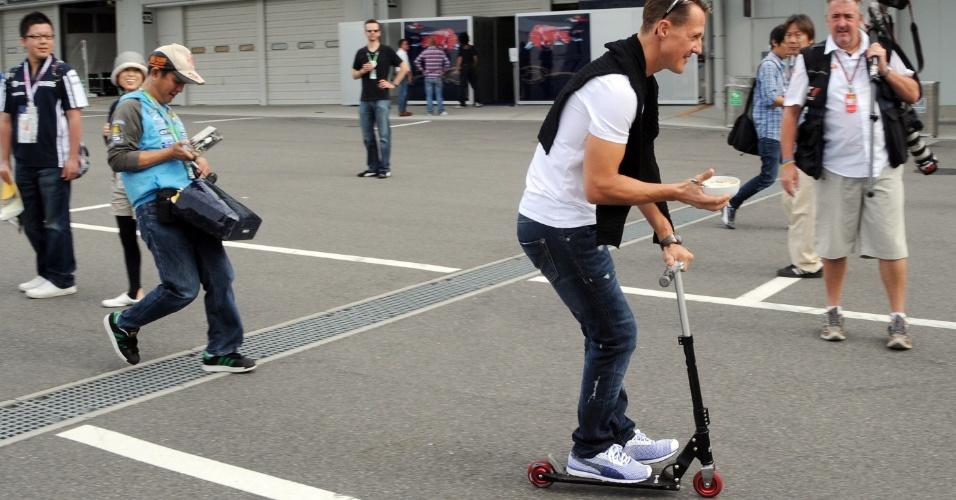 Michael Schumacher passeia de patinete pelo autódromo de Suzuka antes do início do treino de classificação para o GP do Japão