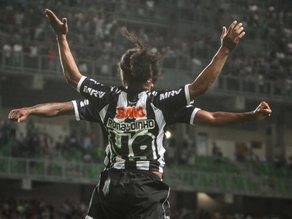 Ronaldinho Gaúcho comemora gol durante a vitória sobre o Figueirense (6/10/2012)