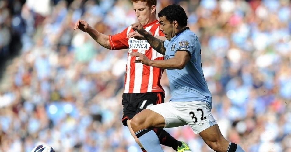Tévez, do Manchester City, tenta a jogada com a marcação de Colback, do Sunderland, em partida válida pela sétima rodada do Campeonato Inglês