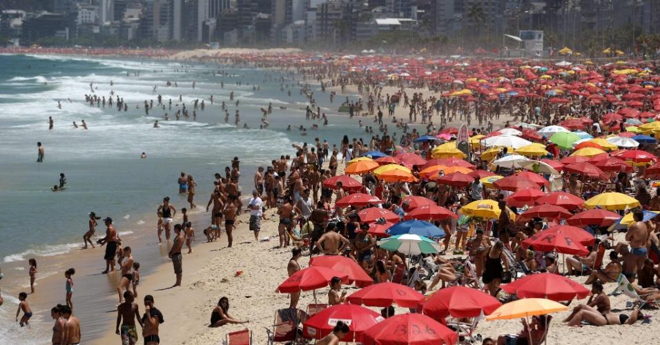 7.out.2012 - Banhistas aproveitam domingo ensolarado na praia de Ipanema, no Rio de Janeiro (RJ)