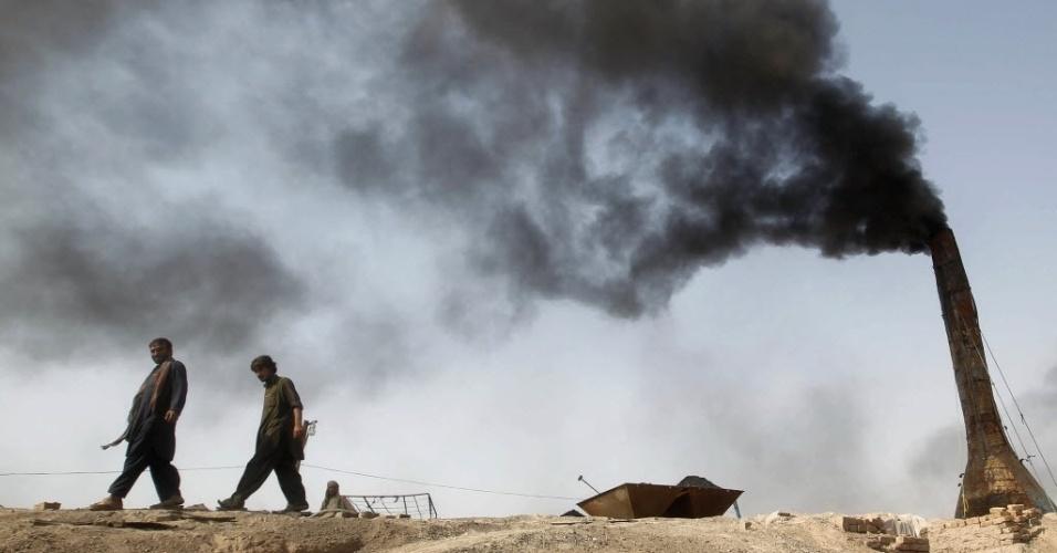 7.out.2012 - Afegãos trabalham em fábrica de tijolos na periferia de Jalalabad, no Afeganistão
