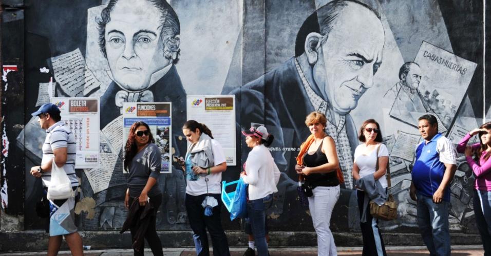 7.out.2012 - Eleitores fazem fila para votar em Caracas, na Venezuela. Hugo Chávez, atual presidente, e Henrique Capriles, candidato oposicionista, concorrem à presidência do país