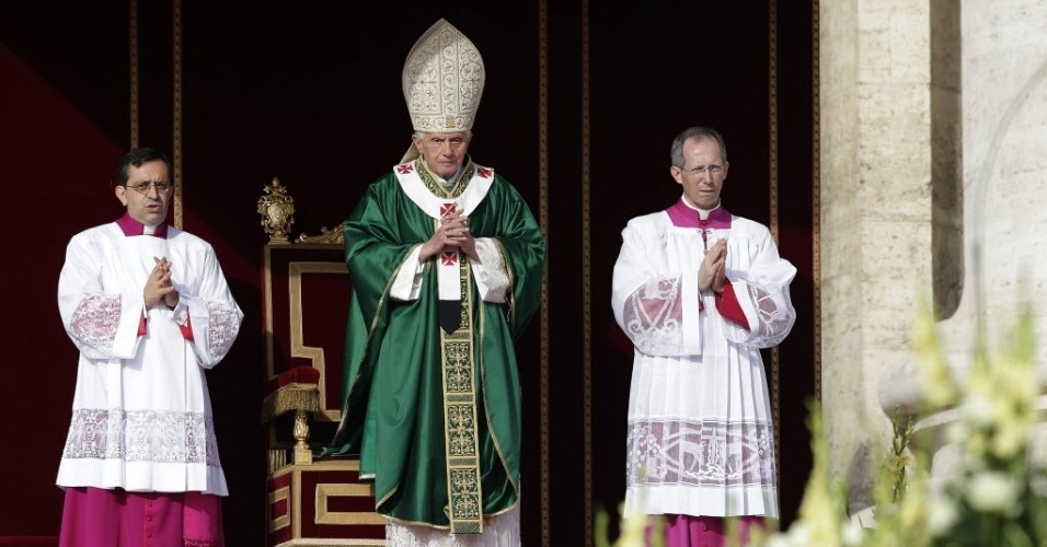 7.out.2012 - Papa Bento 16 celebra uma missa que marca a abertura do Sínodo dos Bispos, na praça de São Pedro, no Vaticano