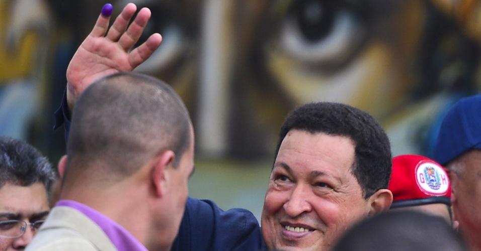 """7.out.2012 - Hugo Chávez faz sinal para apoiadores após votar durante eleições presidenciais na Venezuela. O atual presidente prometeu """"reconhecer os resultados"""" da eleição, na qual tenta seu quarto mandato consecutivo"""