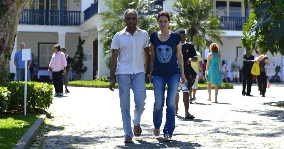 Acompanhado da esposa Flora, Gilberto Gil vai votar.