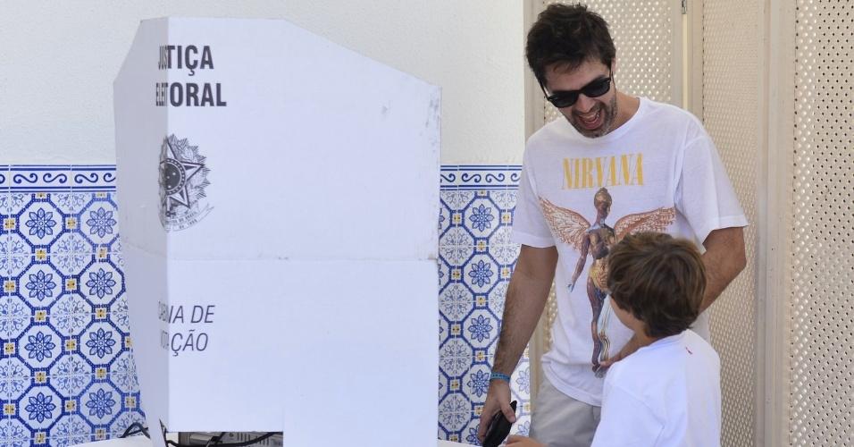 Acompanhado do filho, o humorista Bruno Mazzeo vai votar. (7/10/2012)