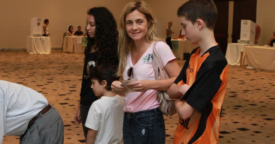 Adriana Esteves vai acompanhada dos filhos para seção eleitoral