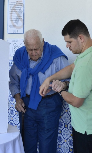 Aos 96 anos e sem obrigação de comparecer às eleições, o ex-presidente da Fifa João Havelange é auxiliado na hora de votar em seção eleitoral do Rio