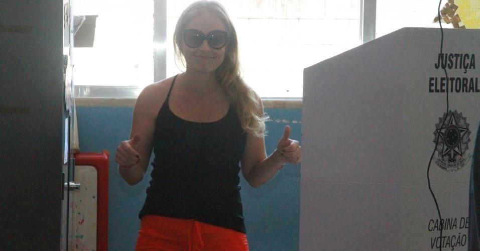 Apresentadora Angélica vai às urnas na manhã deste domingo. (7/10/2012)