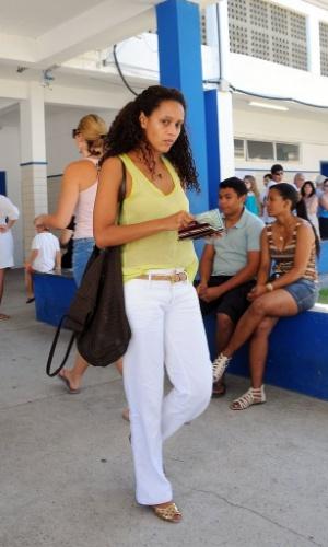 Atriz Thaís Araújo vai a sua zona eleitoral para votação