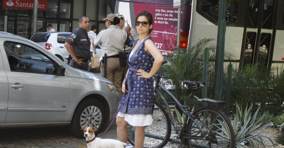 Depois de votar, a jornalista Renata Vasconcellos toma conta do cachorro para o marido votar em um banco no Leblon
