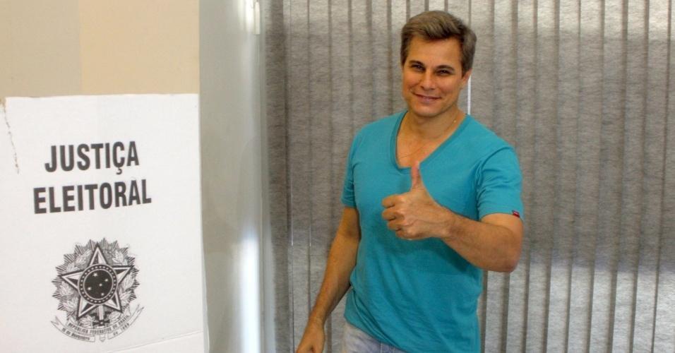 Edson Celulari vota na manhã deste domingo na zona sul do Rio de Janeiro. (7/10/2012)