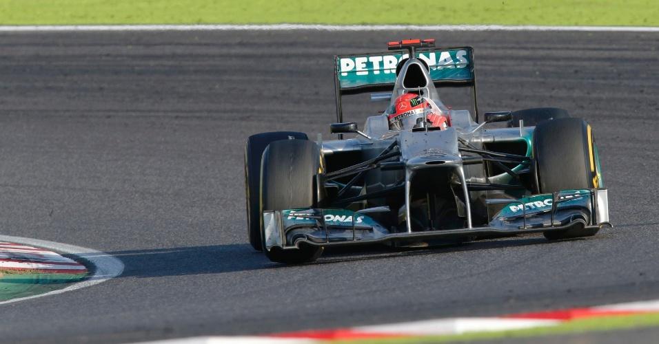 Michael Schumacher pilota sua Mercedes pelo circuito de Suzuka