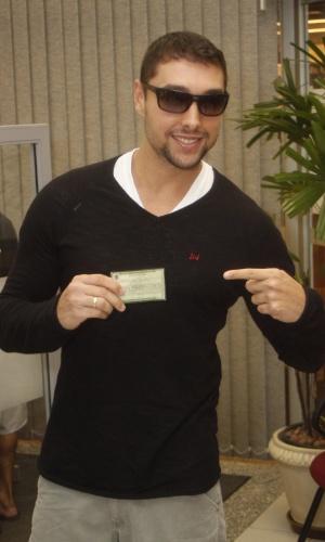 O ator Leonardo Torloni Carvalho mostra seu título de eleitor em zona eleitoral de São Conrado