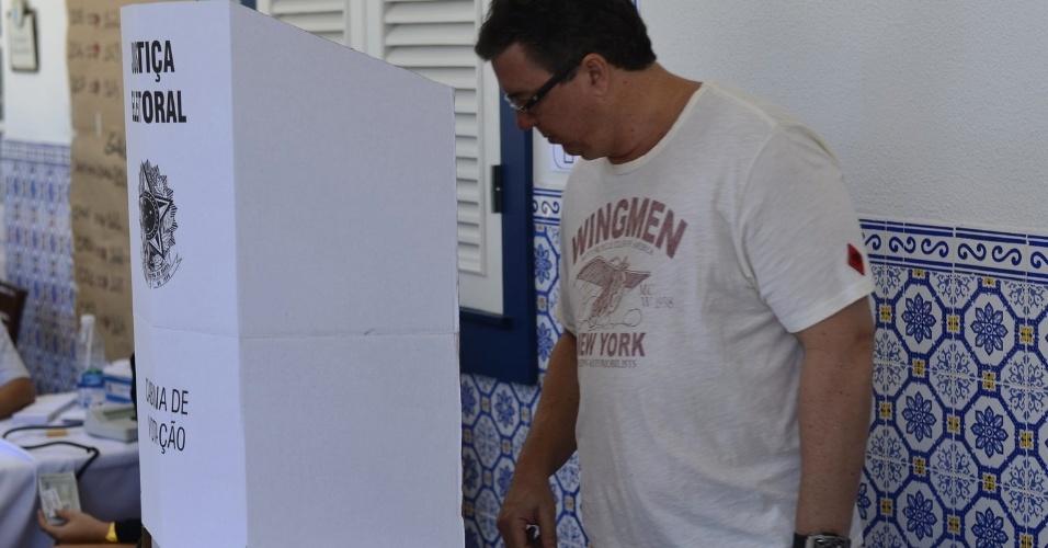 O diretor da Globo Boninho vota em seção no Rio