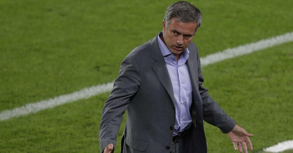 Técnico José Mourinho, do Real Madri, durante clássico espanhol no Camp Nou