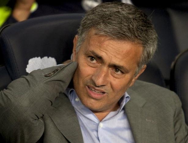 Técnico José Mourinho, do Real Madri, msotra procupação durante clássico espanhol no Camp Nou